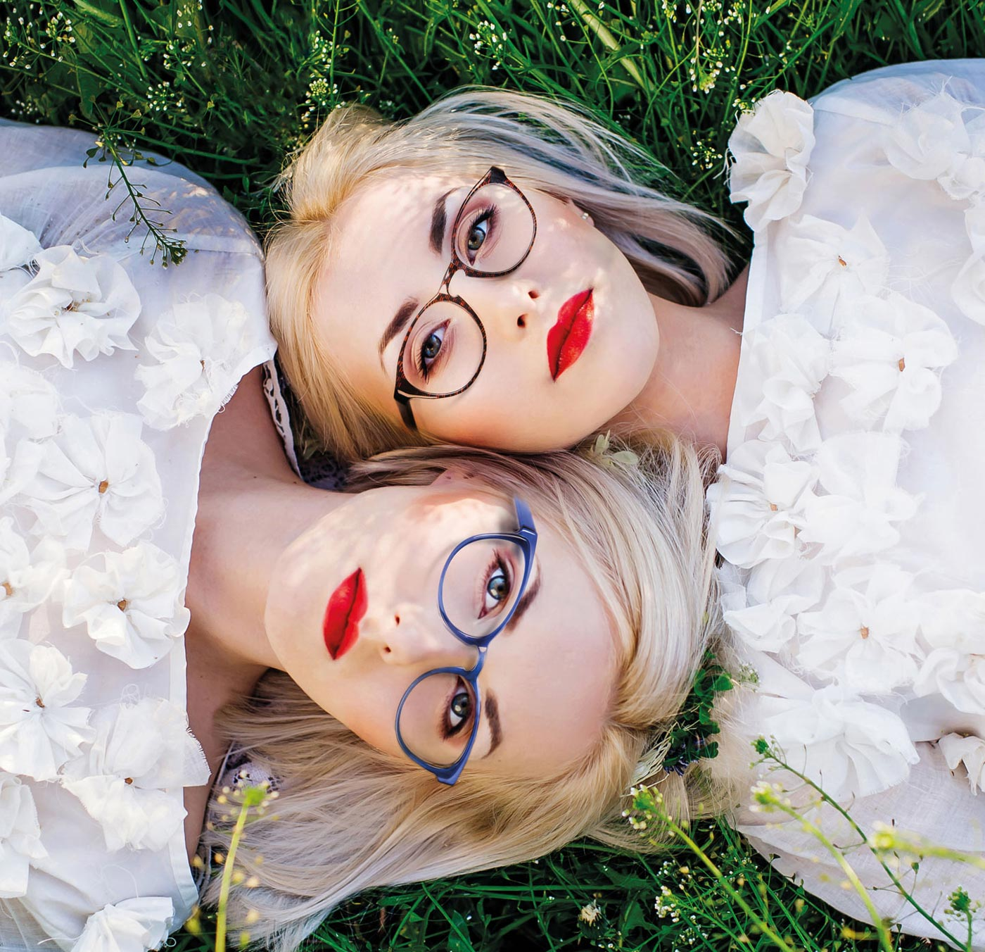 Zwei Damen, zwei Brillen, Zweitbrillen - nicht jede Brille passt zu jedem Outfit. Darum gibt es bei Optik Sagawe den Zweitbrillenrabatt.