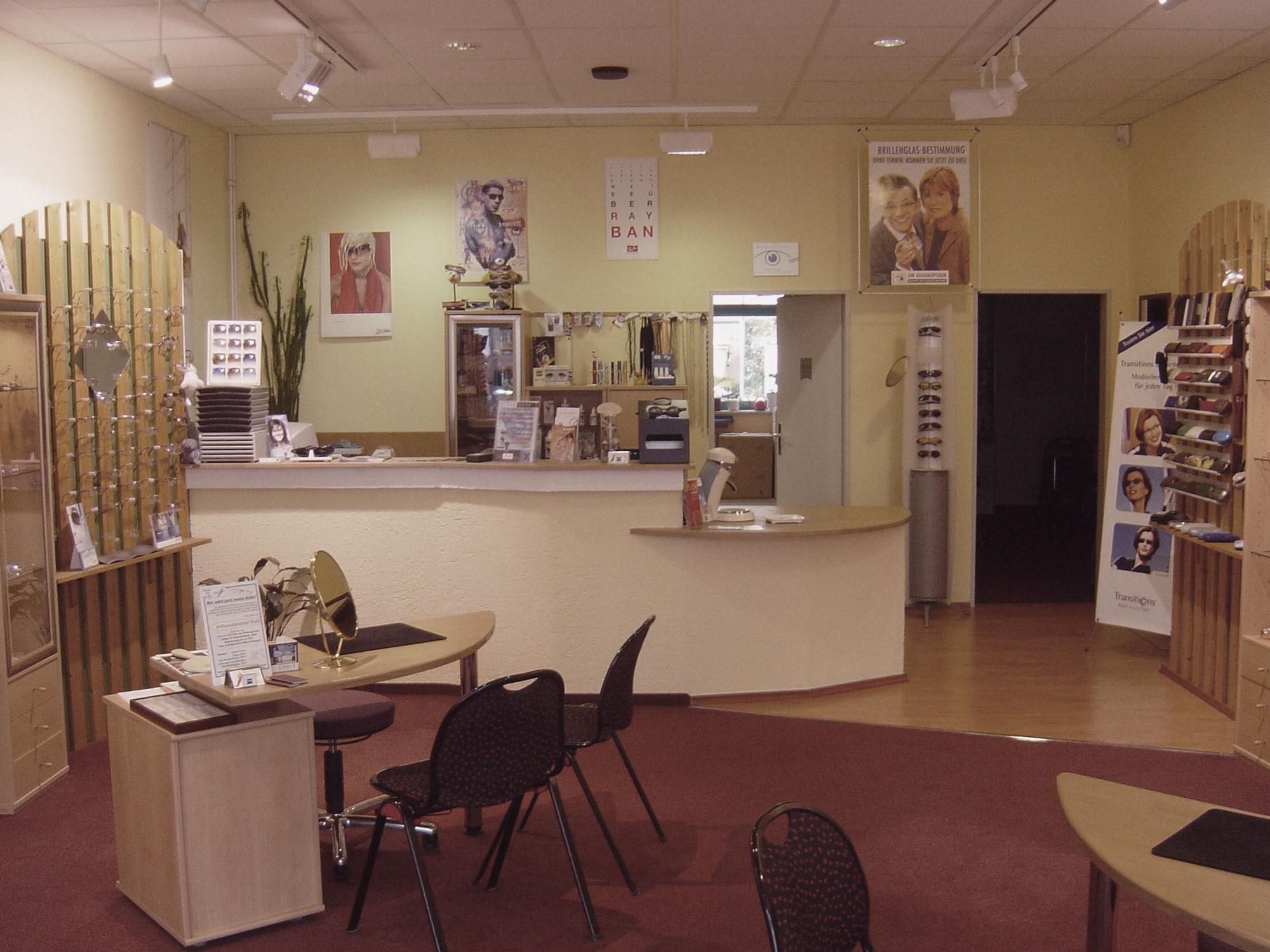 Optik Sagawe in Schmarl 2000 - Blick in den Laden Richtung Werkstatt und Augenprüfraum und dem Kassentresen