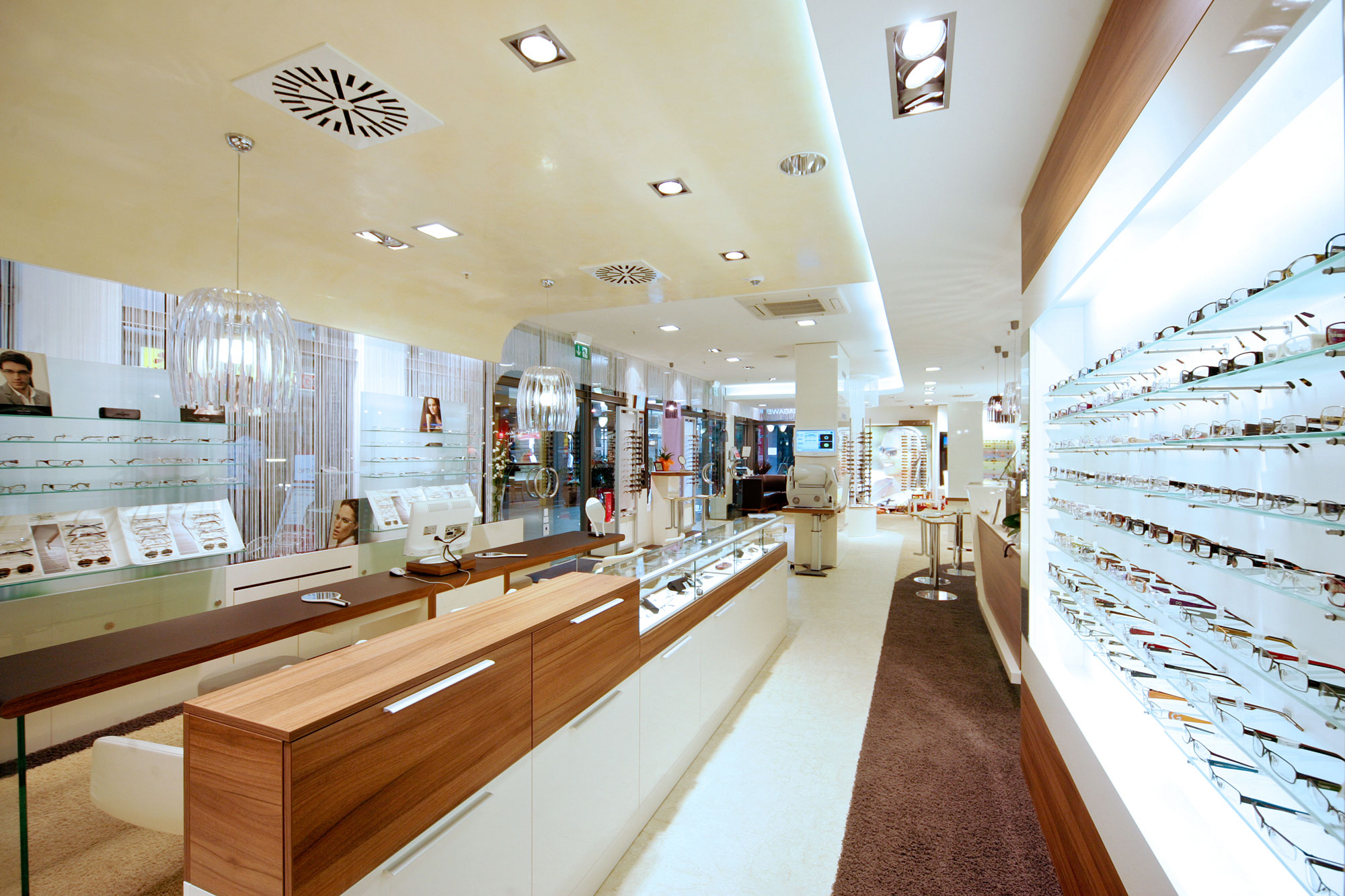 Optik Sagawe im Doberaner Hof - Blick in den Laden - ist das Zeiss Vision Center in Rostock
