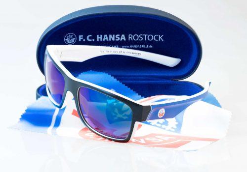 Die offizielle F.C. Hansa Rostock Sonnenbrille - schwarz-weiss-blau von Optik Sagawe im Komplett-Bundle.
