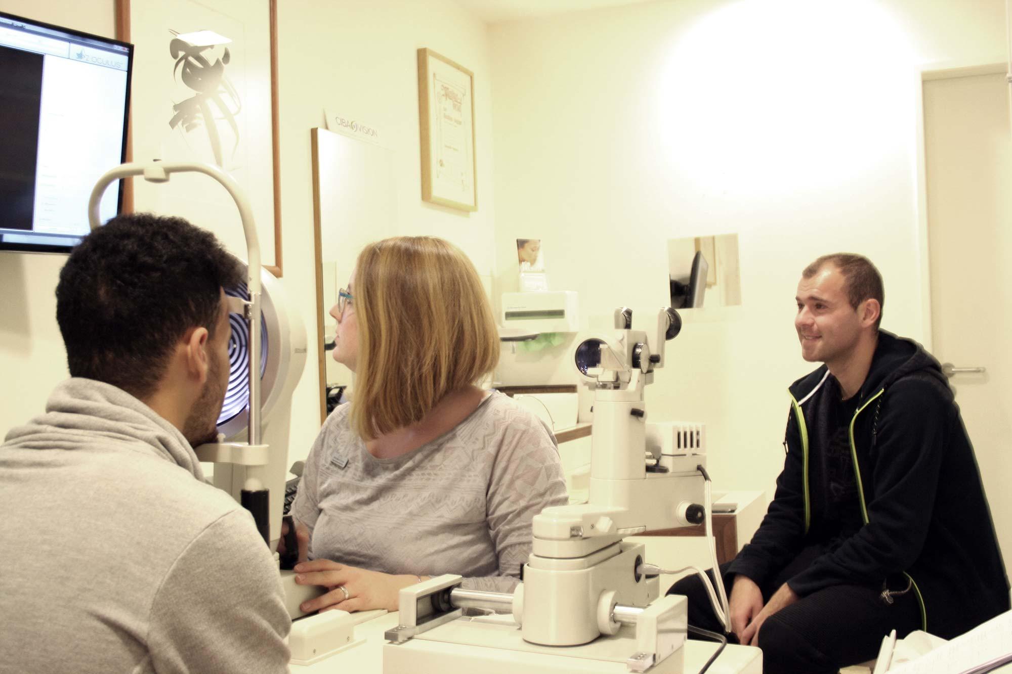 F.C. Hansa Spieler Joshua Nadeau und Amaury Bischoff lassen sich von Augenoptikermeisterin Michaela Greve von Optik Sagawe aus Rostock die Augen überprüfen und erklären
