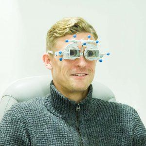 F.C. Hansa Spieler Oliver Hüsing bei der binocularen Sehstärkenmessung am Zeiss i.Polatest zur Überprüfung von Winkelfehlsichtigkeiten u.a. - bei Optik Sagawe in Rostock