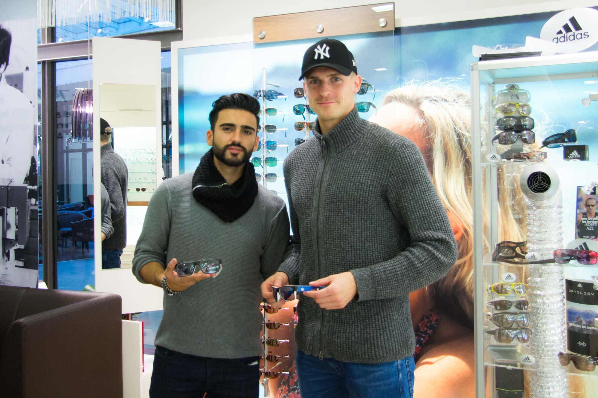 F.C. Hansa Spieler Selcuk Alibaz und Oliver Hüsing mit ihren F.C. Hansa Sonnenbrillen von Optik Sagawe