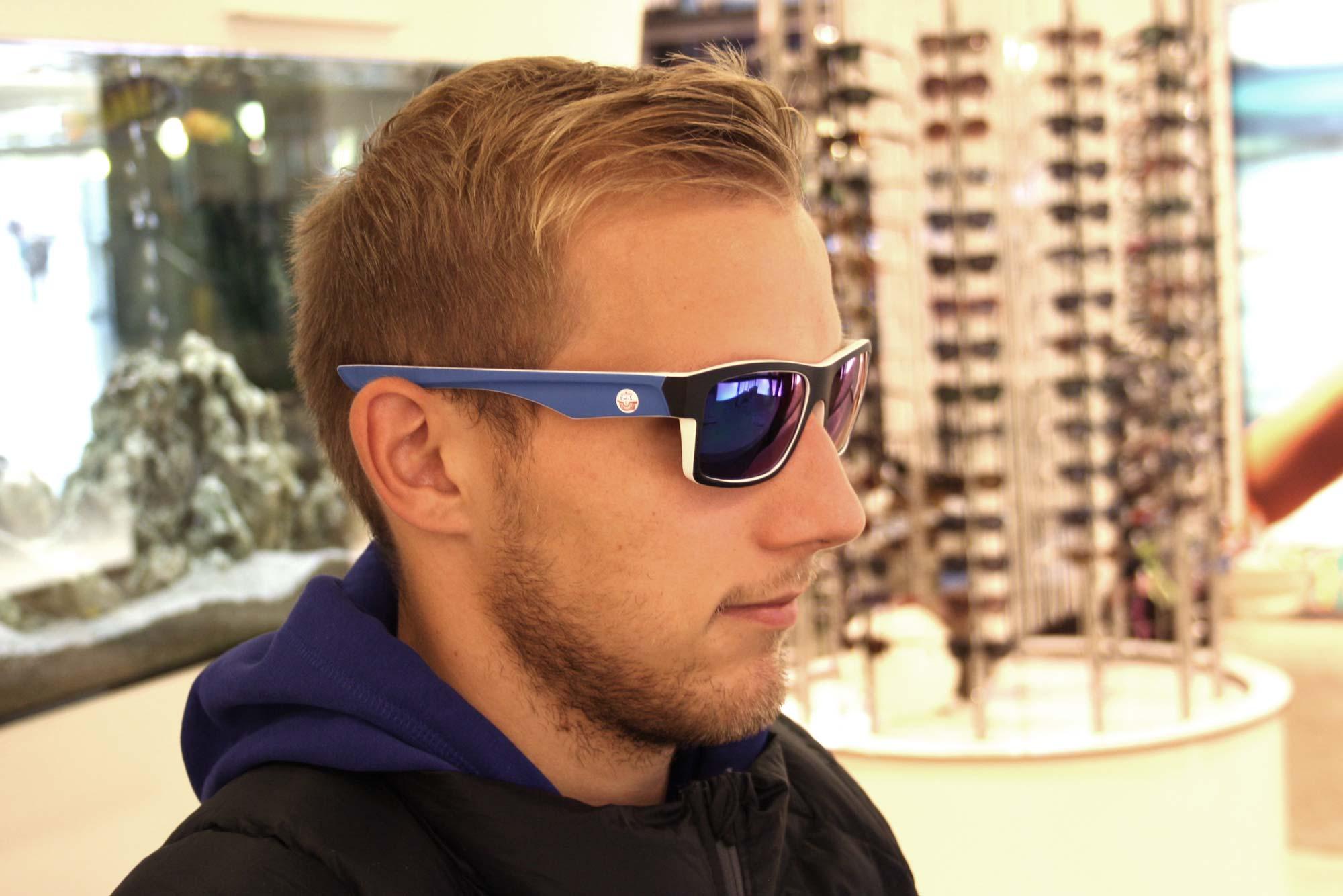 F.C. Hansa Spieler Stefan Wannenwetsch mit seiner F.C. Hansa Sonnenbrille von Optik Sagawe