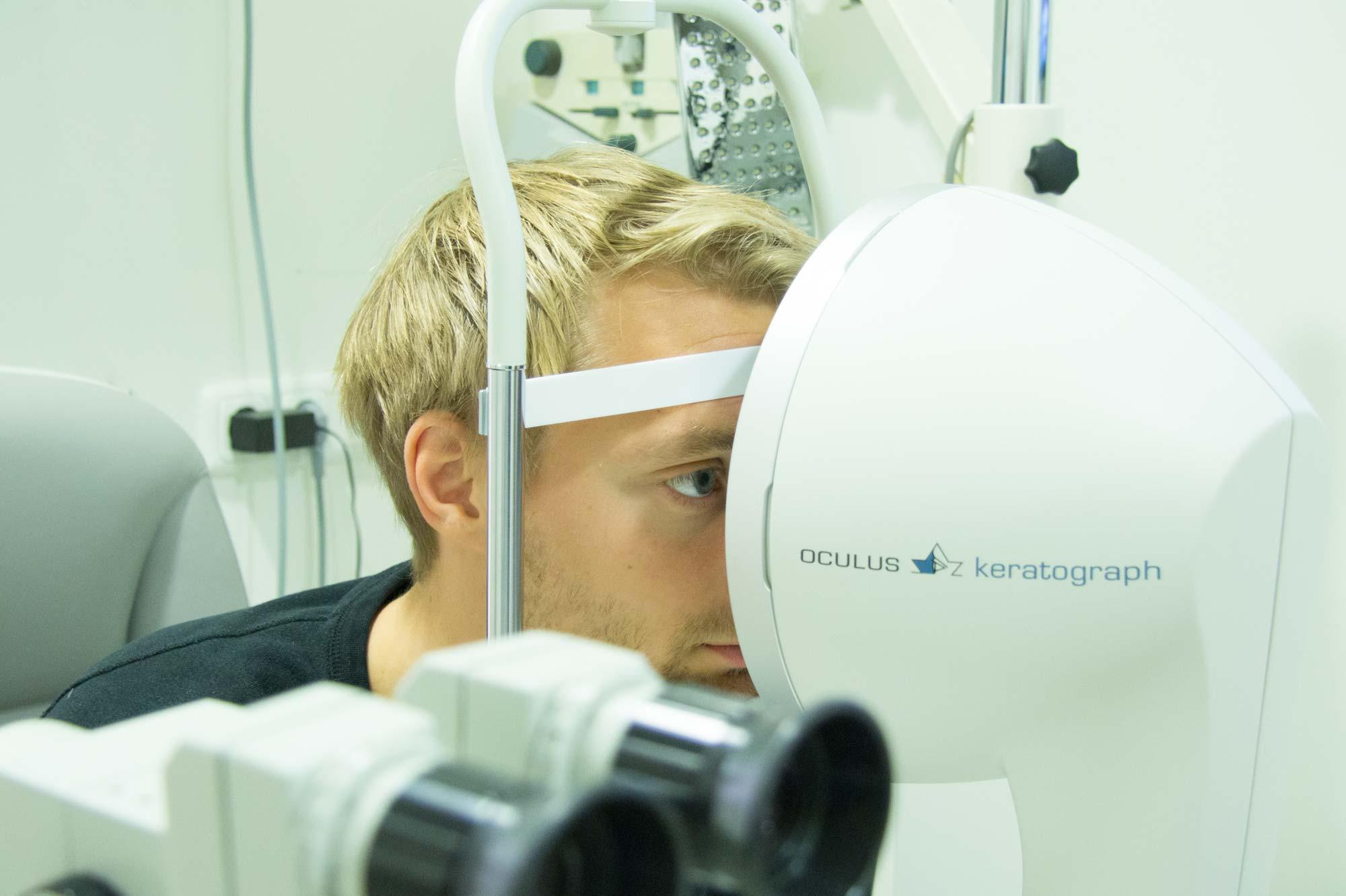 F.C. Hansa Stürmer Tim Väyrynen am Oculus Keratographen 5M - bei Optik Sagawe in Rostock