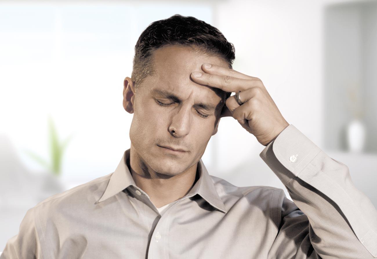 Digitaler Sehstress – die neue Volksbeschwerde. Kopfschmerzen können das Problem sein.
