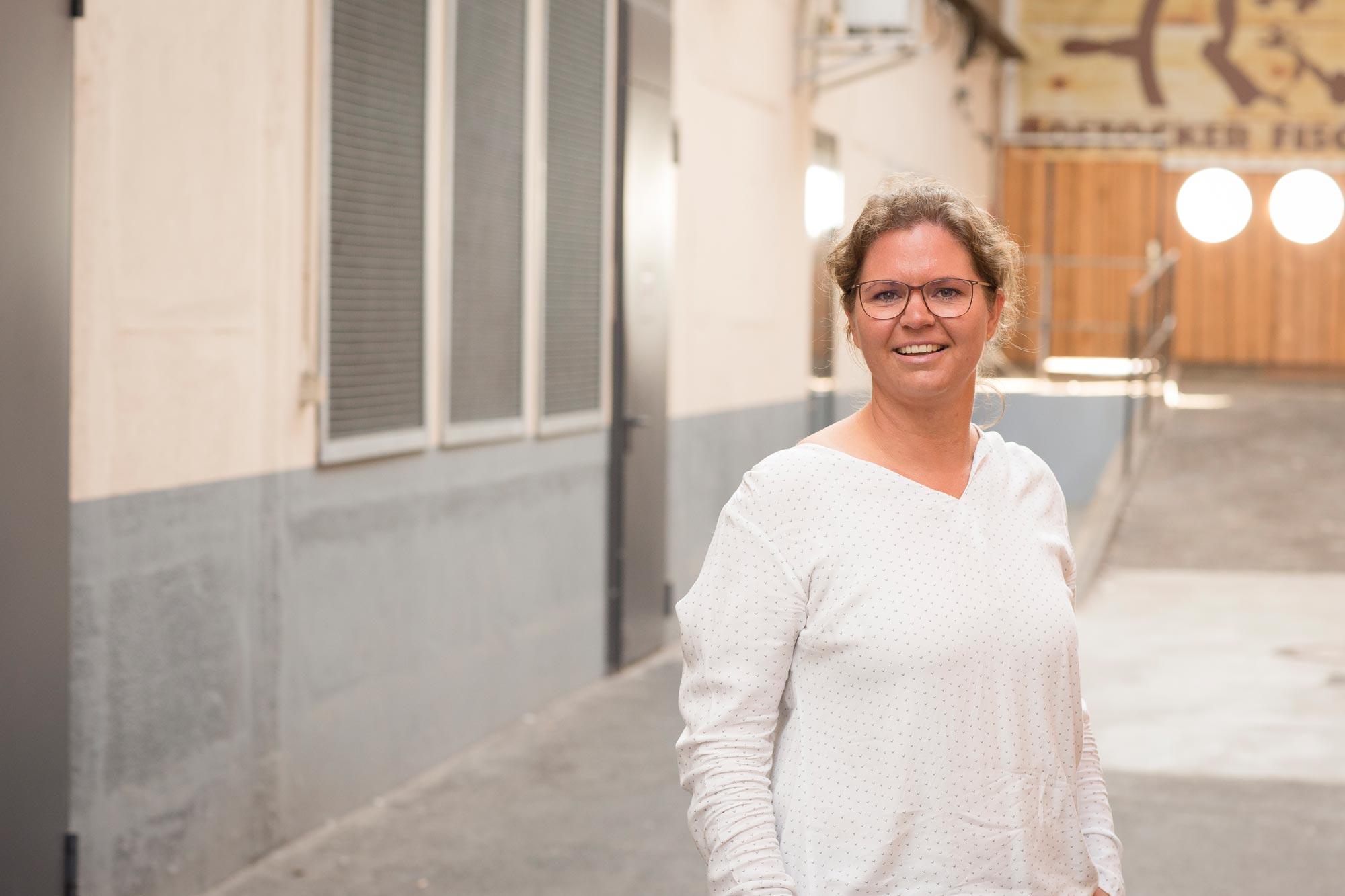 Anja Stengel ist Augenoptikerin und Kontaktlinsenspezialistin bei Optik Sagawe im Doberaner Hof