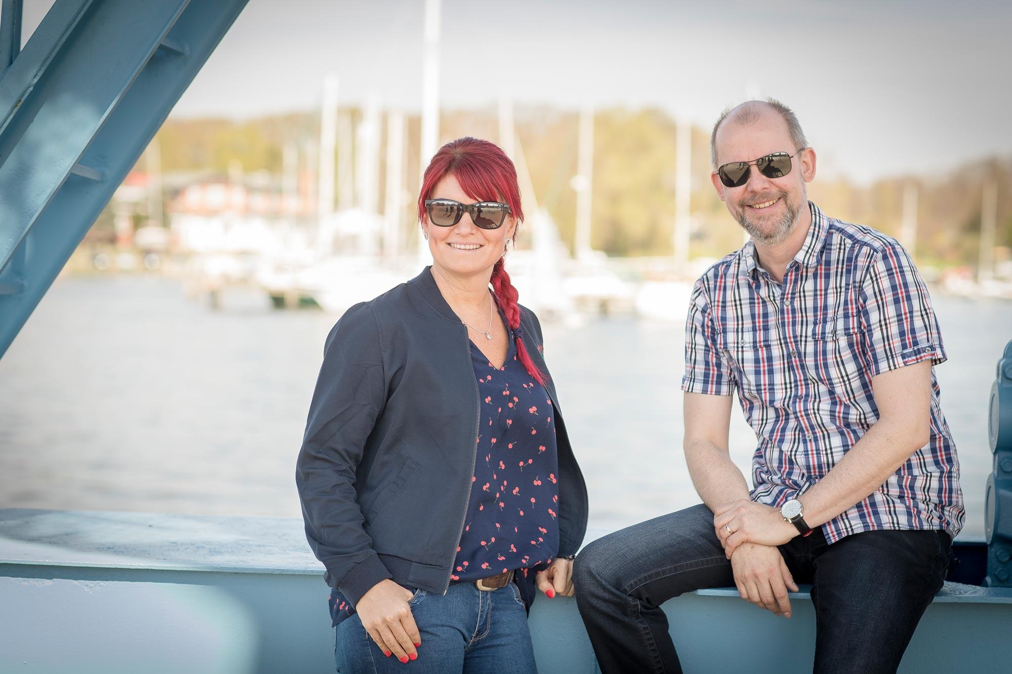 Cornelia Hinrichs und Ralf Baumgarten sind Augenoptikermeister bei Optik Sagawe in Reutershagen - haben hier Sonnenbrillen von Maui Jim auf