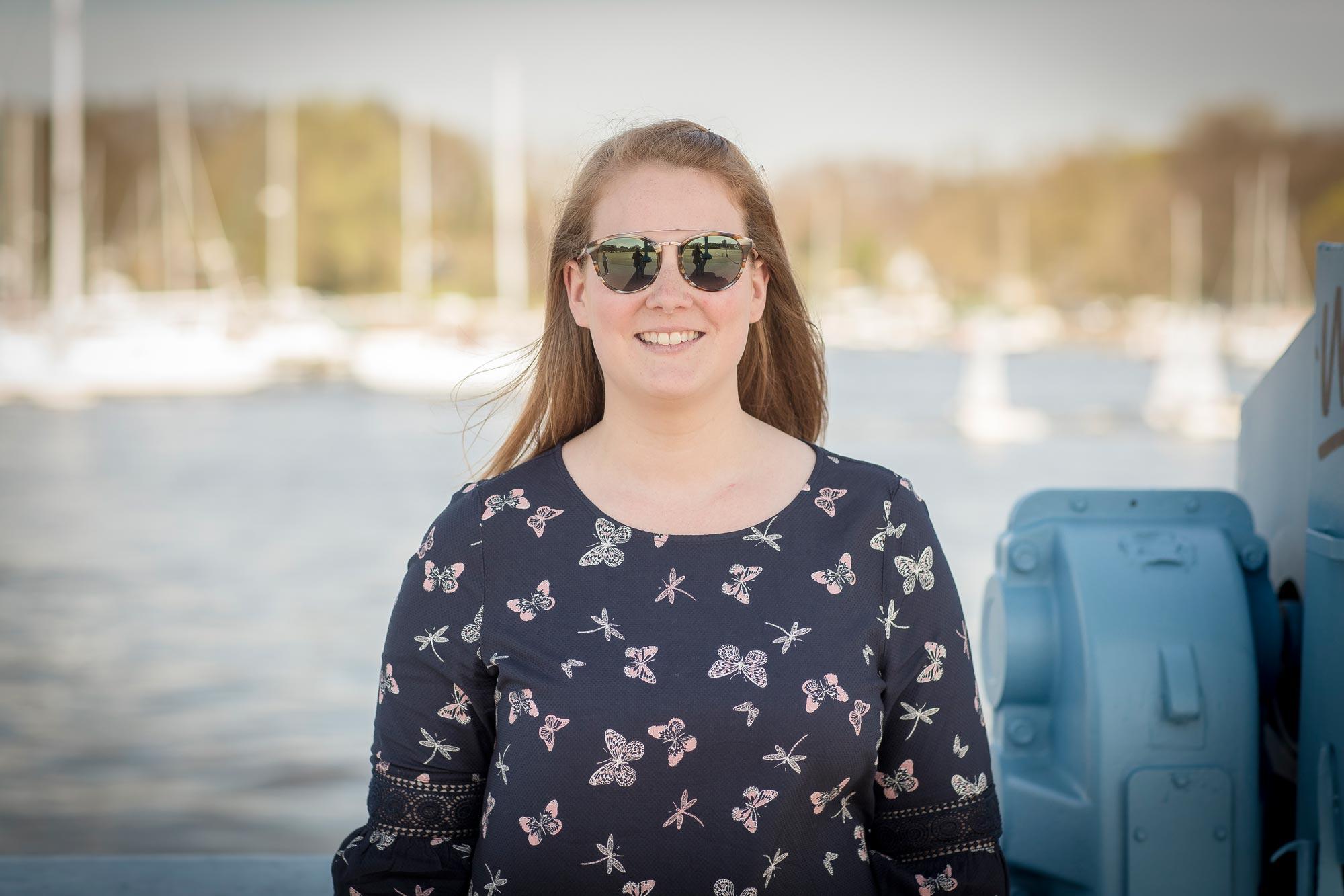 Michaela Greve ist Augenoptikermeisterin bei Optik Sagawe im Doberaner Hof - hat hier eine Sonnenbrille von Etnia Barcelona auf