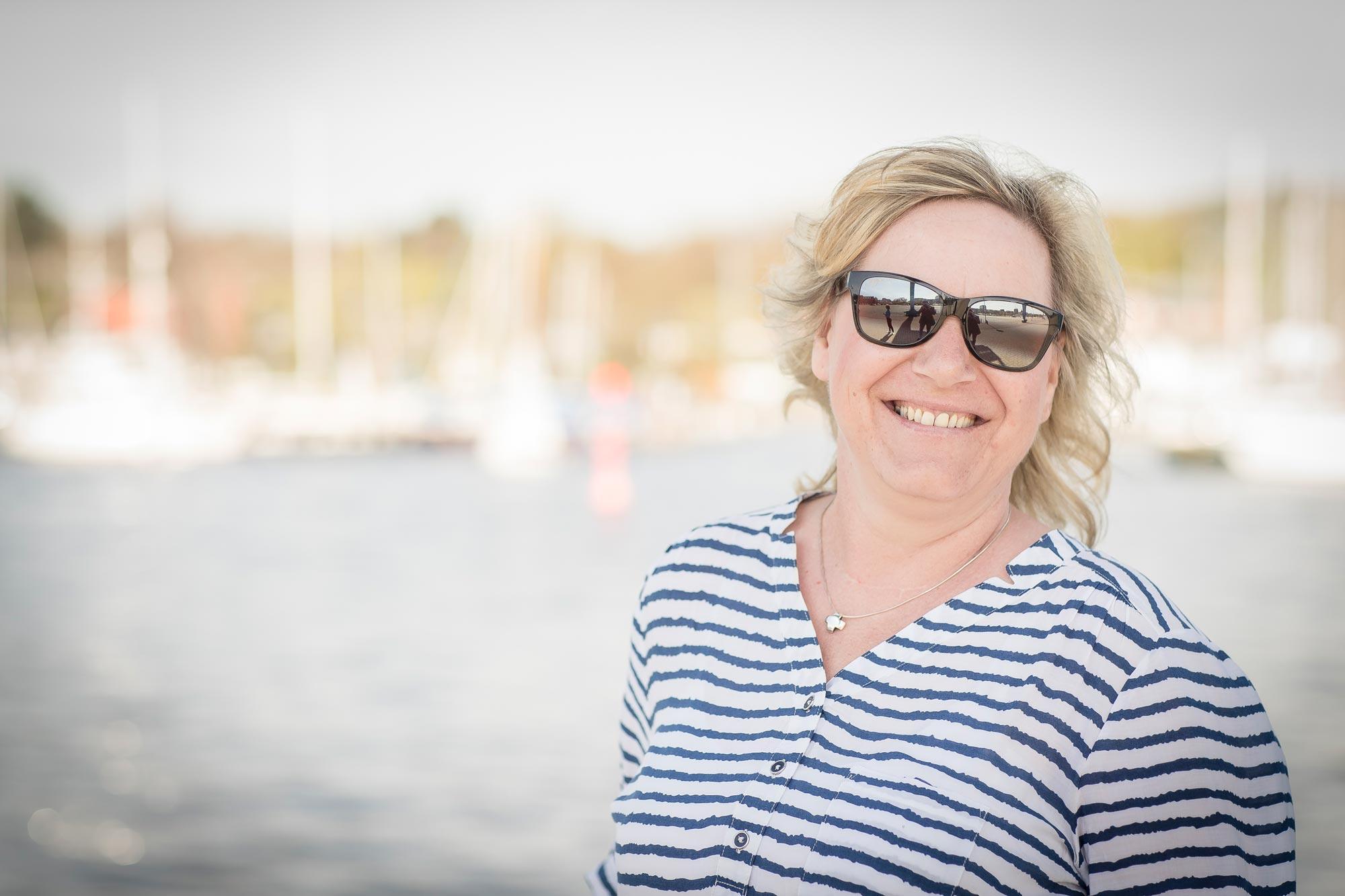 Katrin Bartusek ist Augenoptikerin bei Optik Sagawe in Reutershagen - hat hier eine Sonnenbrille von Maui Jim auf