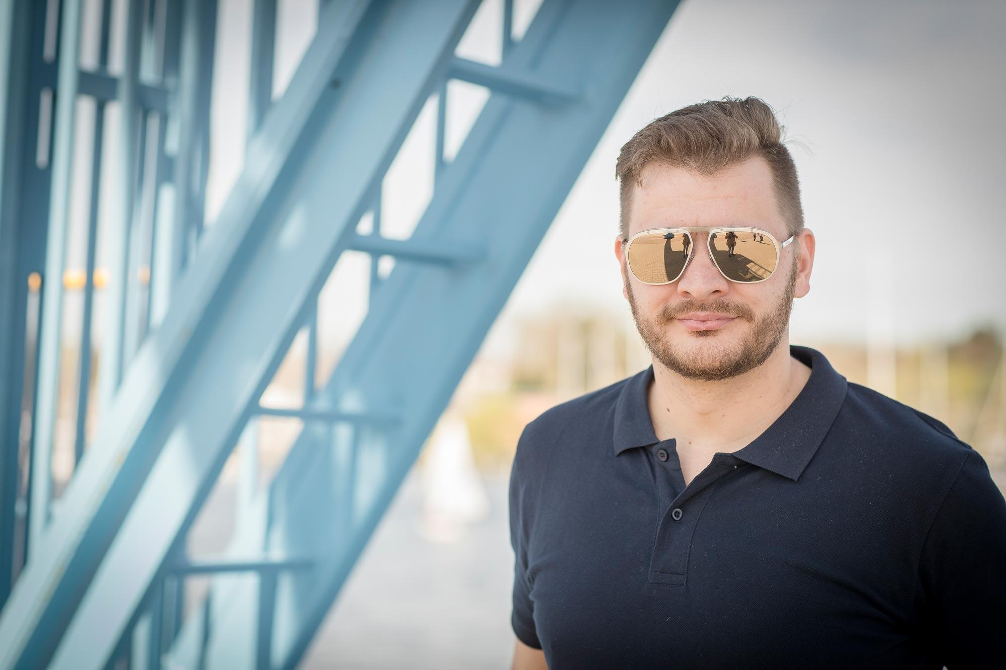 Andreas Techow ist Augenoptiker bei Optik Sagawe im Rostocker Hof - hat hier eine Sonnenbrille von Cartier auf