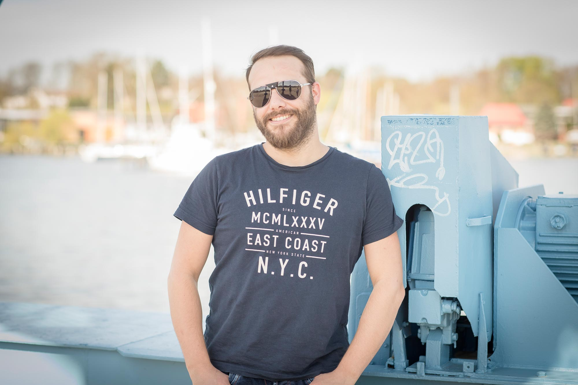 Marten Mense ist Augenoptiker bei Optik Sagawe im Rostocker Hof - hat hier eine Sonnenbrille von Cartier auf