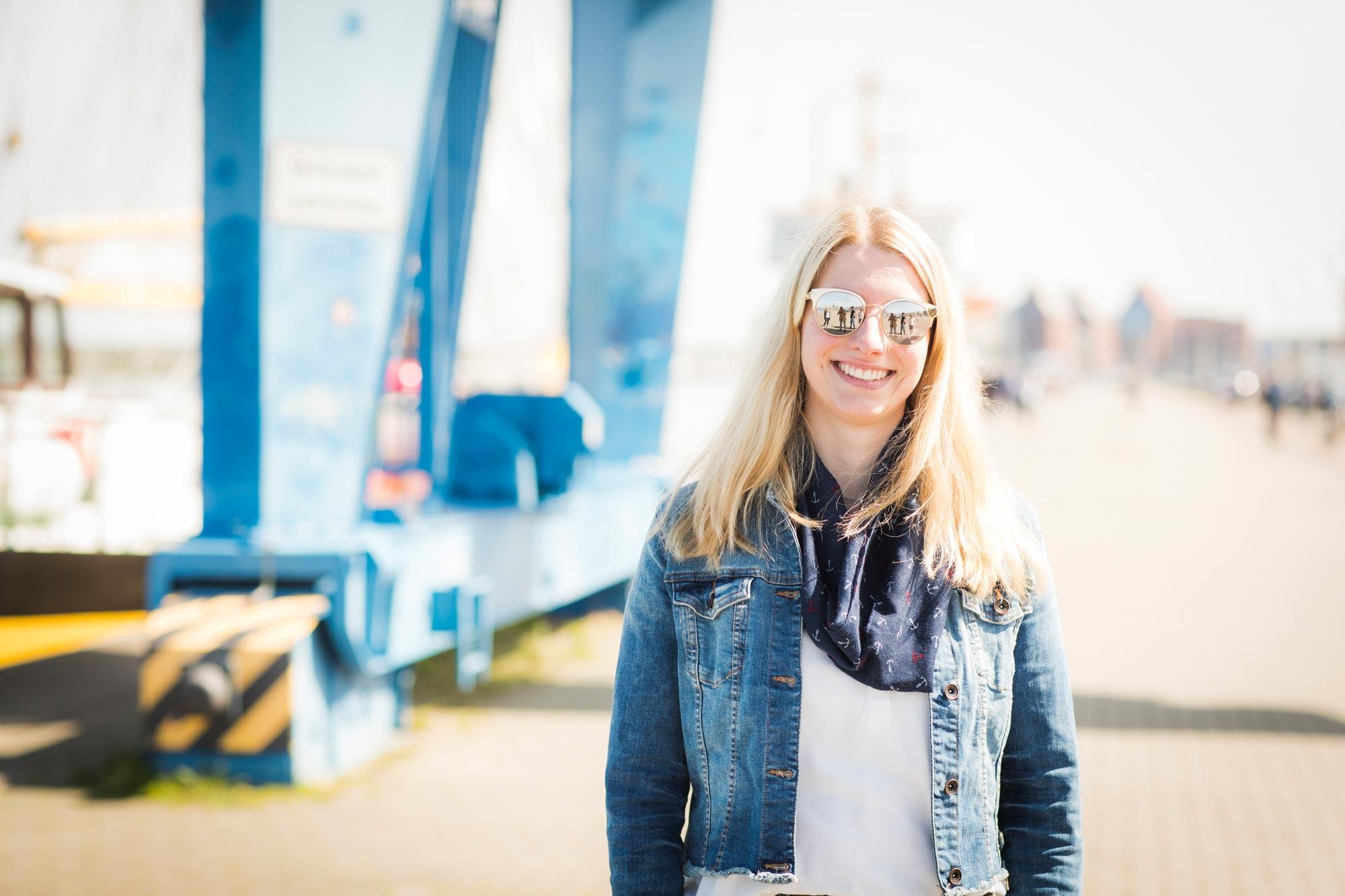 Victoria Westhues ist Augenoptikerin bei Optik Sagawe in Reutershagen - hat hier eine Sonnenbrille von Michael Kors auf