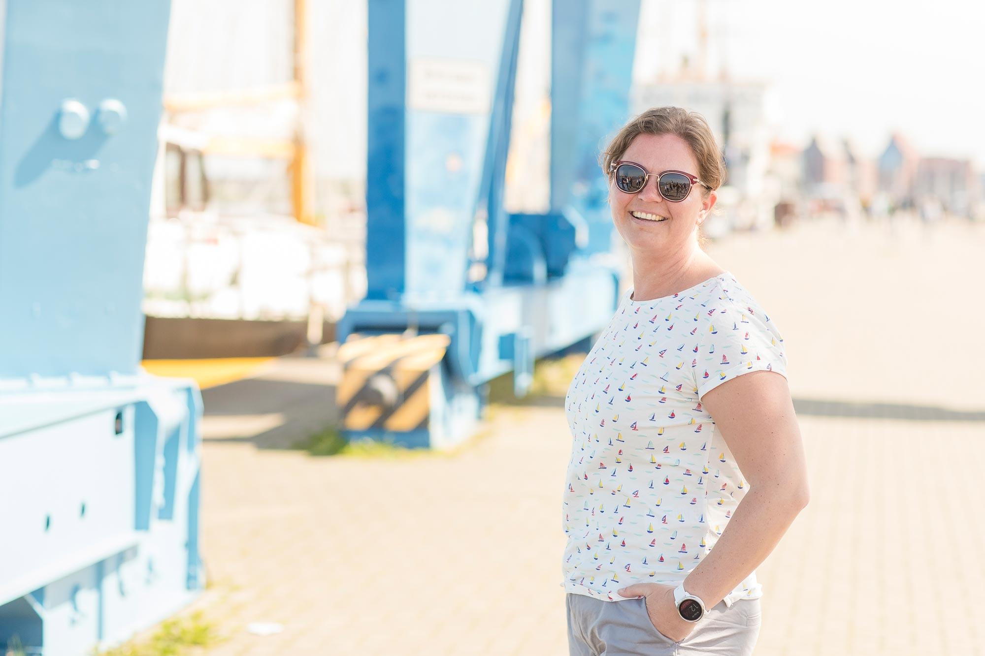 Anja Stengel ist Augenoptikerin bei Optik Sagawe im Doberaner Hof - hat hier eine Sonnenbrille von Dior auf