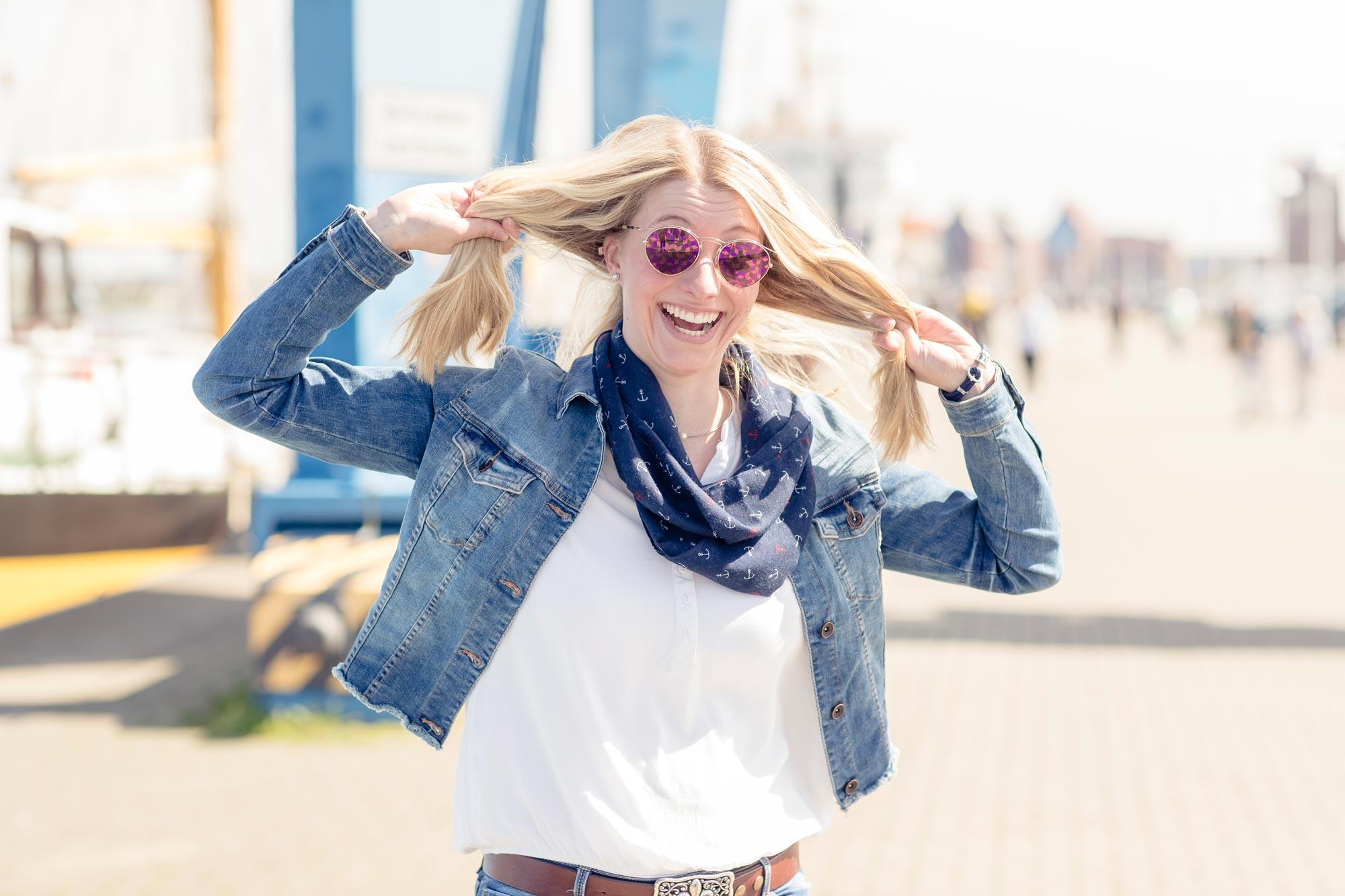 Victoria Westhues ist Augenoptikerin bei Optik Sagawe in Reutershagen - hat hier eine Sonnenbrille von Dior auf