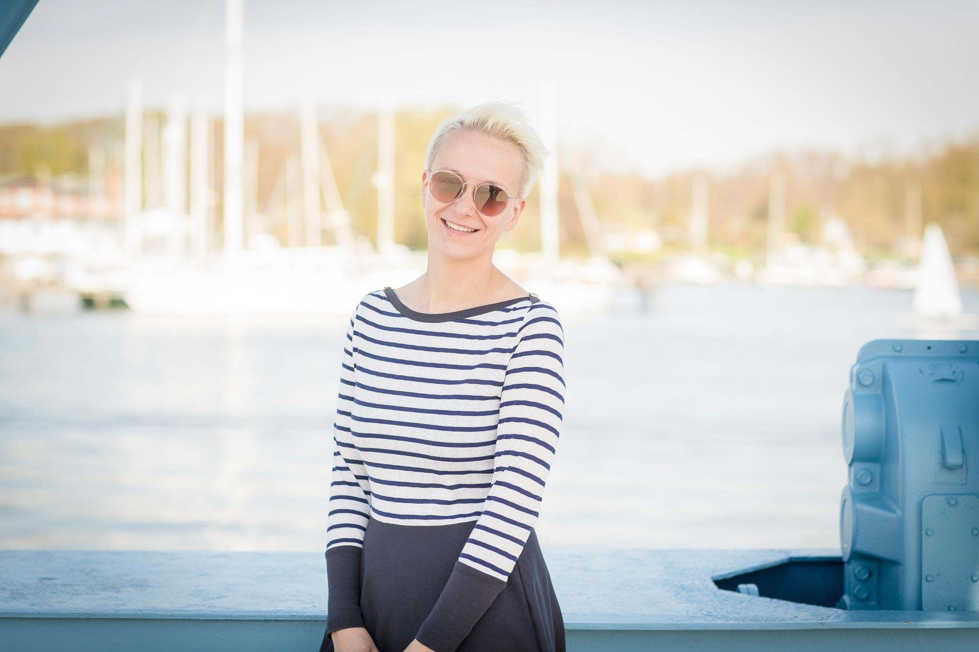 Nicole Pfäffle ist Diplom Ingeneur bei Optik Sagawe im Doberaner Hof - hat hier eine Sonnenbrille von Etnia Barcelona auf