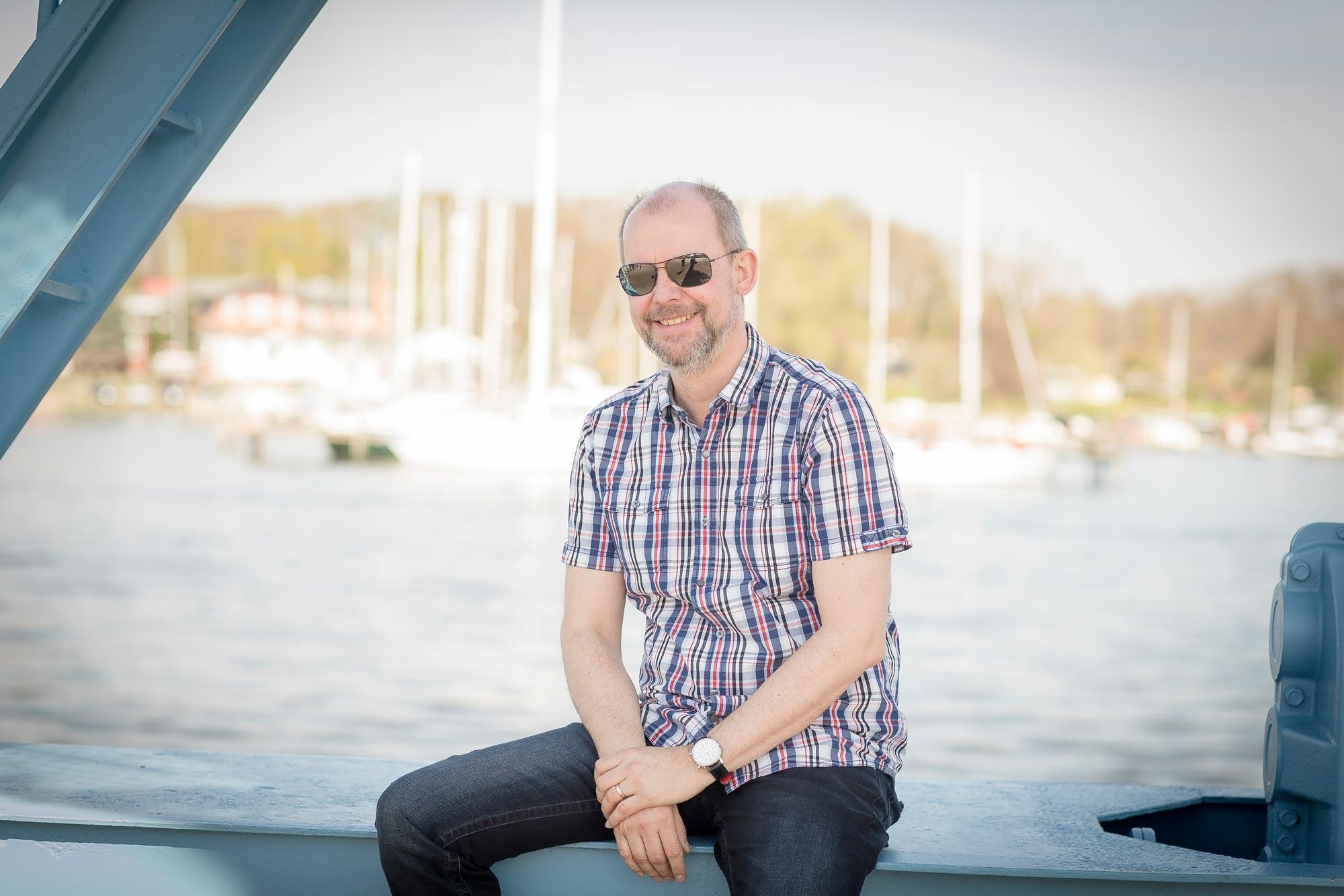 Ralf Baumgarten ist Augenoptikermeister bei Optik Sagawe in Reutershagen - hat hier eine Sonnenbrille von Maui Jim auf