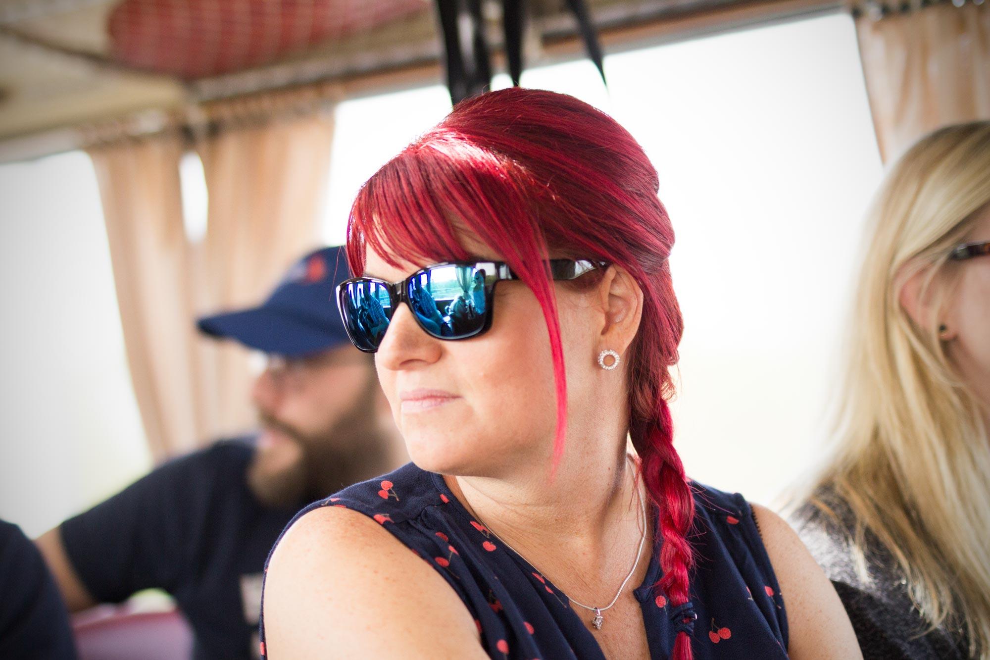 Cornelia Hinrichs ist Augenoptikermeisterin bei Optik Sagawe in Reutershagen - hat hier eine Sonnenbrille von Maui Jim auf