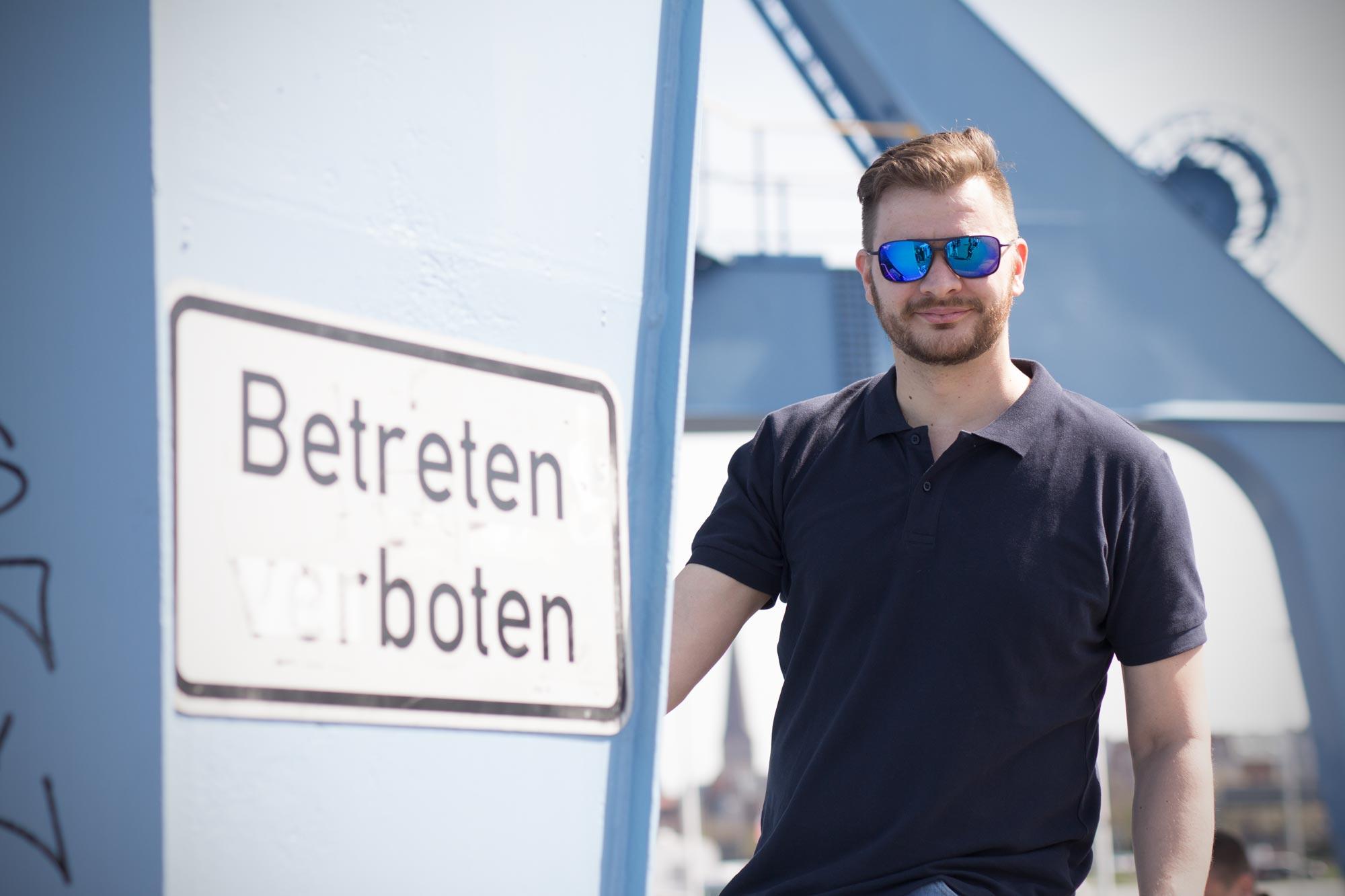 Andreas Techow ist Augenoptiker bei Optik Sagawe im Rostocker Hof - hat hier eine Sonnenbrille von Maui Jim auf