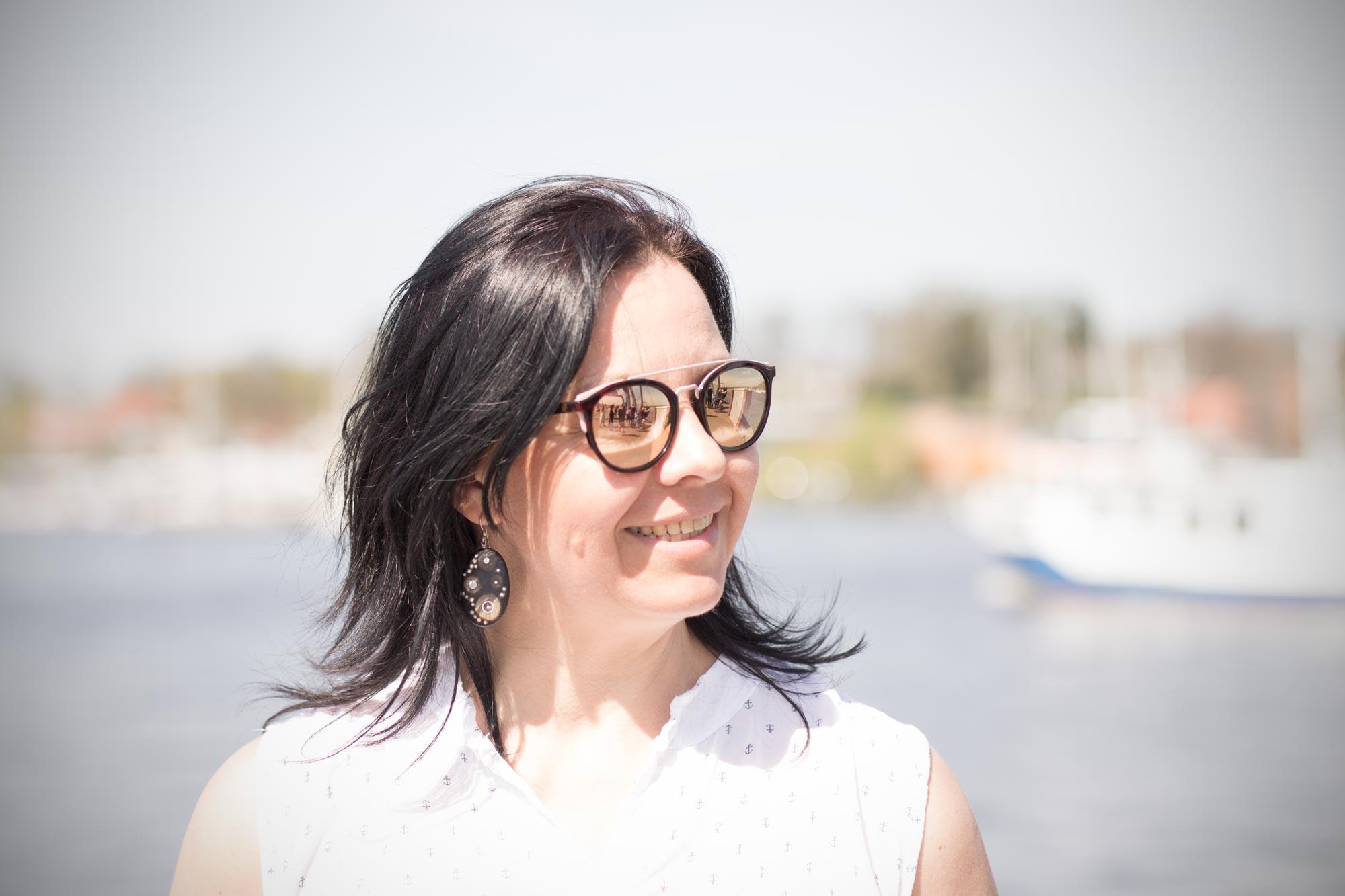 Katja Ellner ist Augenoptikermeisterin bei Optik Sagawe in Reutershagen - hat hier eine Sonnenbrille von Etnia Barcelona auf