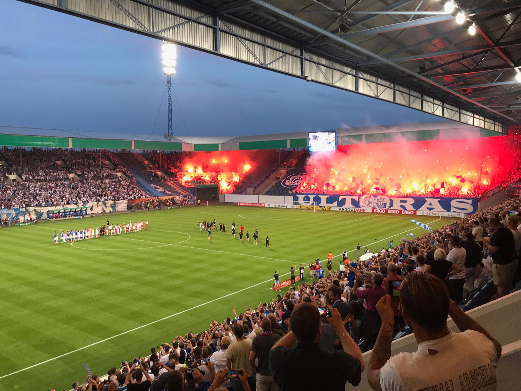 Das Ostssestadion des F.C. Hansa Rostock den Optik Sagawe als Hansaoptiker unterstützt - Hansa gg- den VfB Stuttgart im DFB Pokal 2018