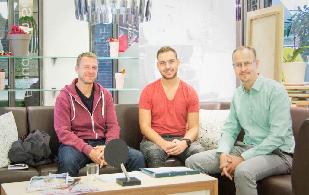 Athletiktrainer des FC Hansa Rostock Bjoern Bornholdt zu Gast bei Optik Sagawe Rostock mit David Splisteser und Matthias Sagawe bei der Auswertung der offiziellen Sehteste