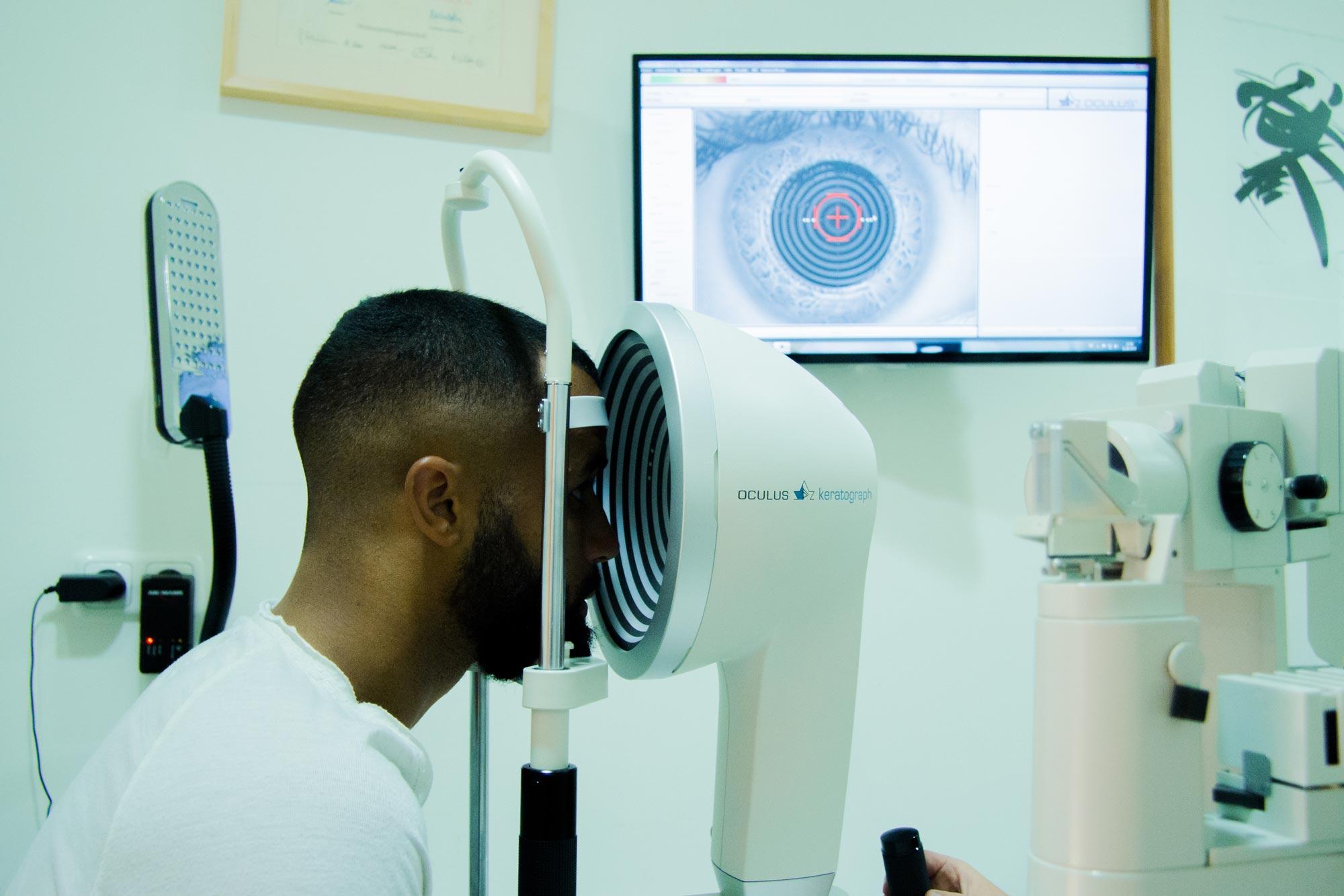 Fußballprofi des FC Hansa Rostock Del Angelo Williams am Oculus Keratographen 5M bei Optik Sagawe Rostock