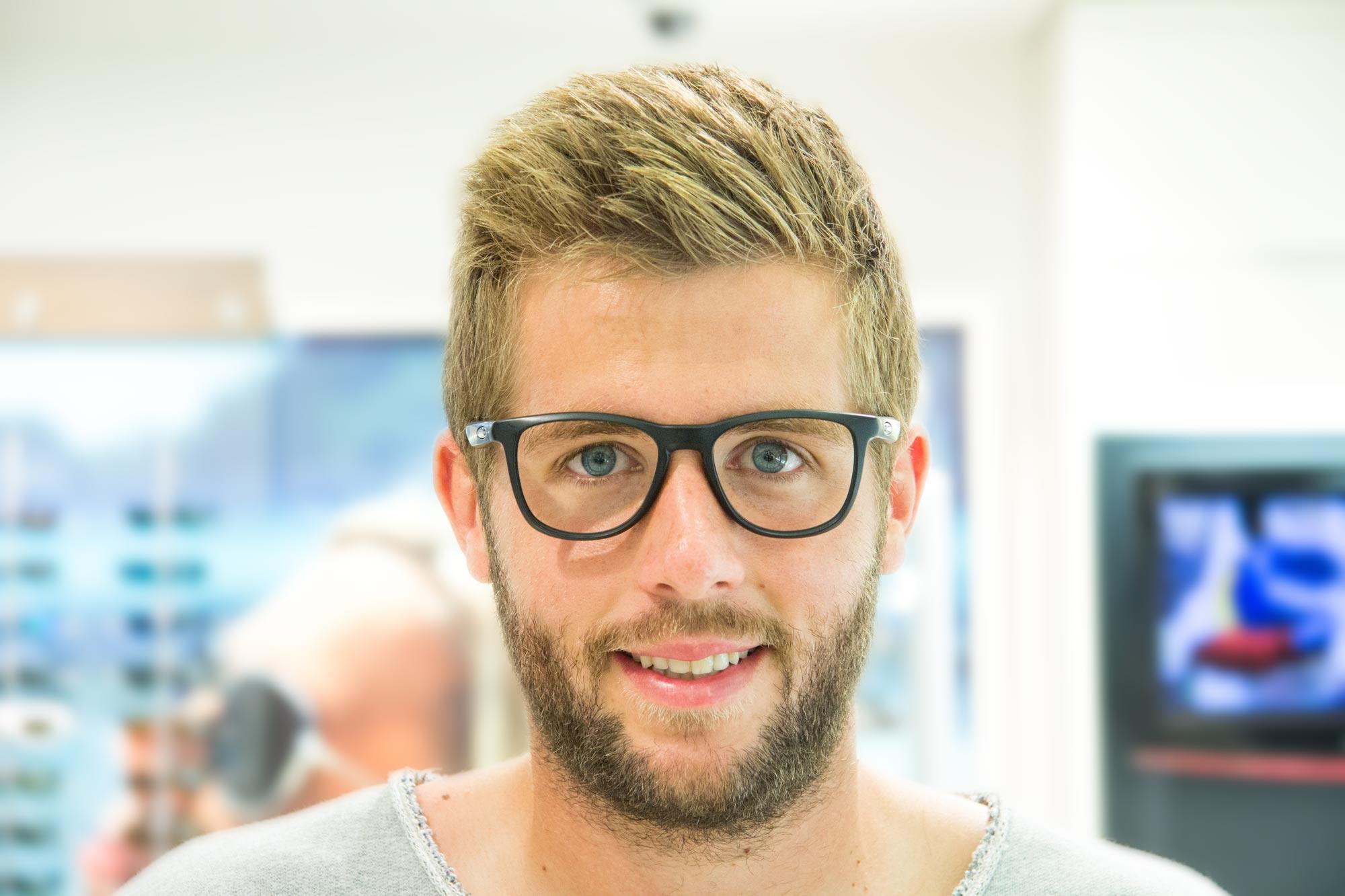 Fußballprofi und Stürmer des FC Hansa Rostock Marco Koenigs mit Oakley Brille von Optik Sagawe Rostock