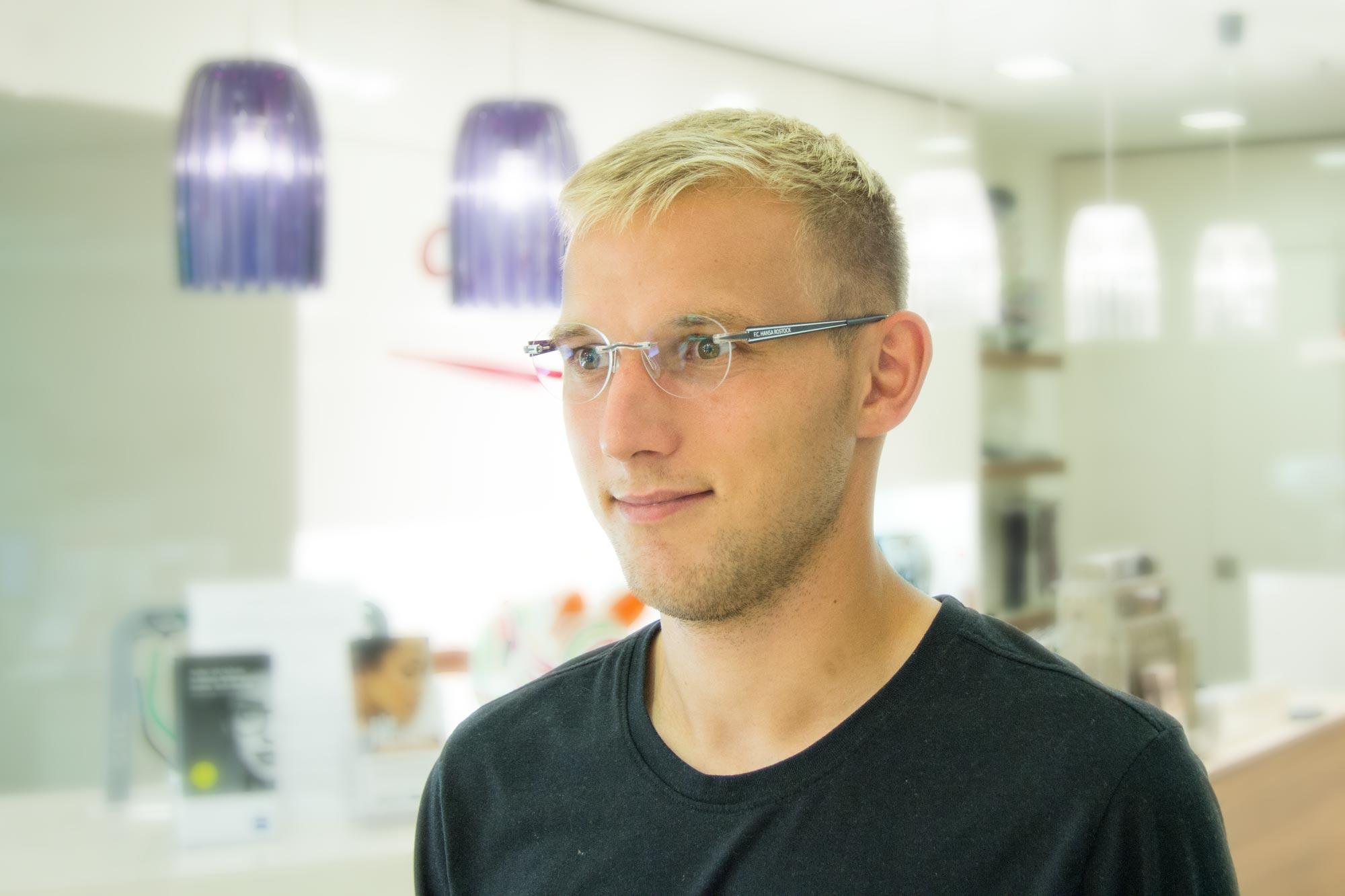 Fußballprofi des FC Hansa Rostock Stefan Wannenwetsch mit der offiziellen Switchit Hansabrille bei Optik Sagawe in Rostock