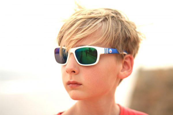 Die offizielle F.C. Hansa Rostock Sonnenbrille in weiss / blau für Kinder und Jugendliche von Optik Sagawe aus Rostock - www.hansabrille.de