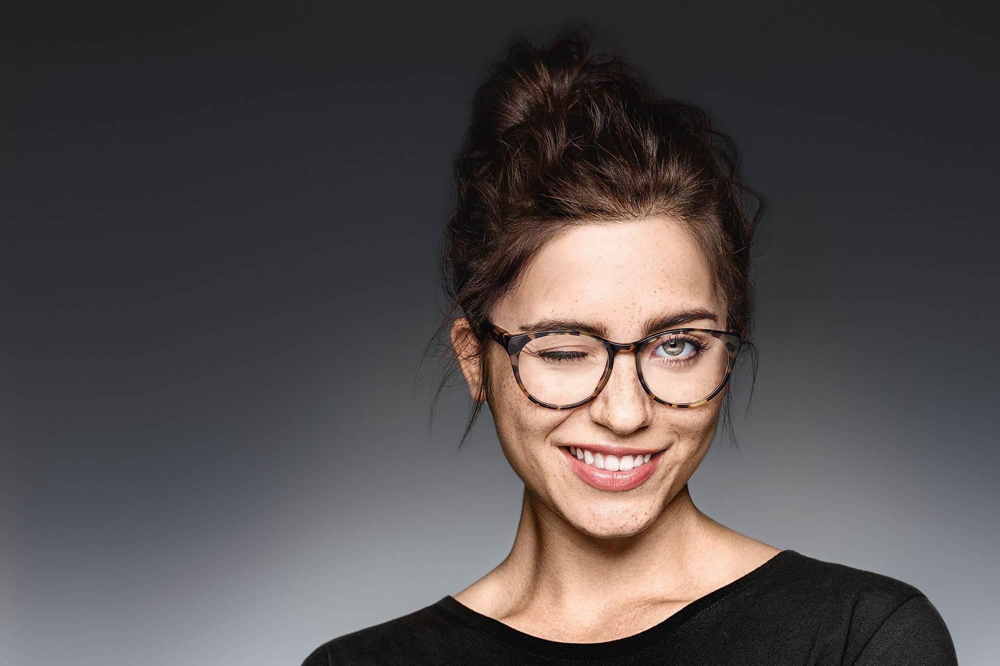 Vollständiger UV-Schutz in allen klaren Brillengläsern von ZEISS - bei Optik Sagawe in Rostock.