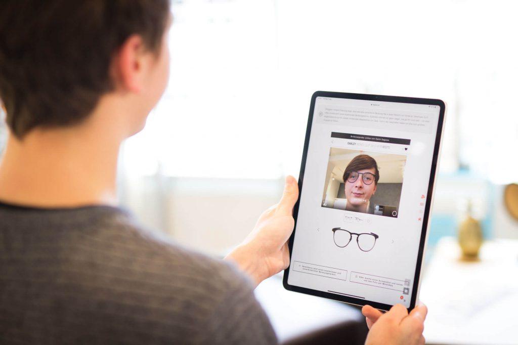 Die virtuelle Brillenanprobe online von Optik Sagawe. Jetzt jeder Zeit virtuell Brillen aufsetzen.