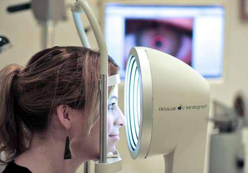 Vermessung mit dem Keratograph Oculus 5M bei Optik Sagawe zur Bestimmung der Hornhautradien u.v.m.